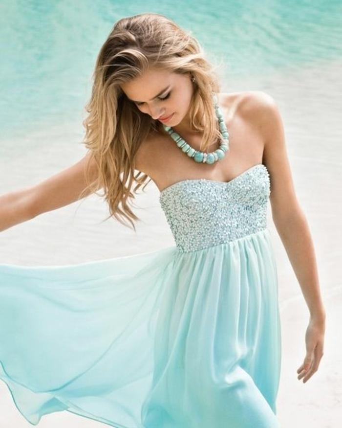 0-robe-bleue-marine-une-jolie-fille-sur-la-plage-femme-blonde-sur-la-plage