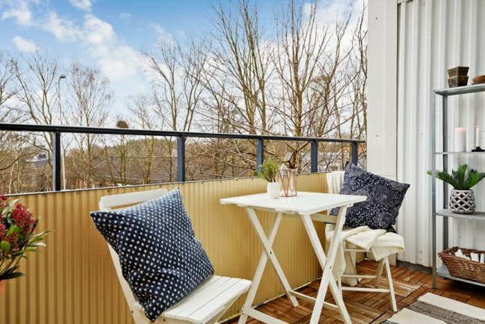 0-table-pliante-en-bois-blanc-une-jolie-terrasse-avec-belle-vue-meubles-de-terrasse