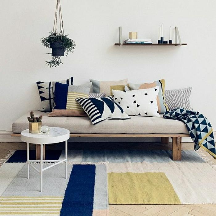 0-tapis-coloré-canapé-beige-coussins-colorés-petite-table-basse-ronde-en-fer-blanche