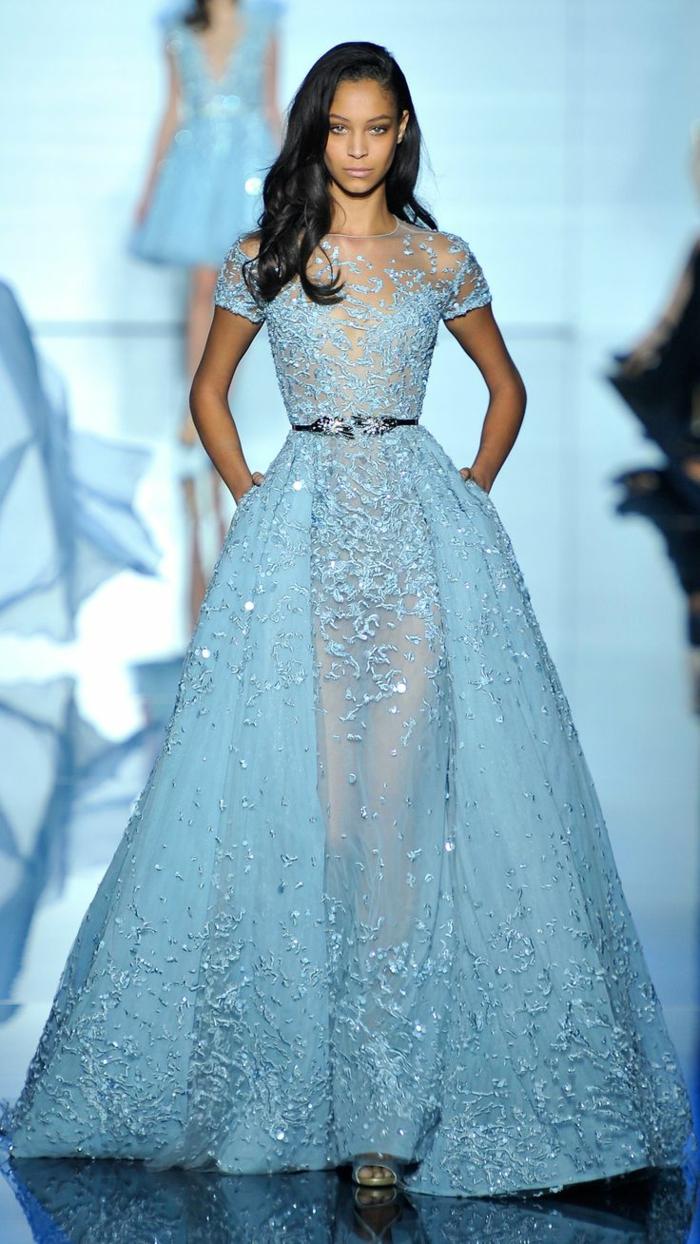 1-élégante-robe-bleue-marine-femme-brunette-robe-longue-de-soirée-mode-tendance