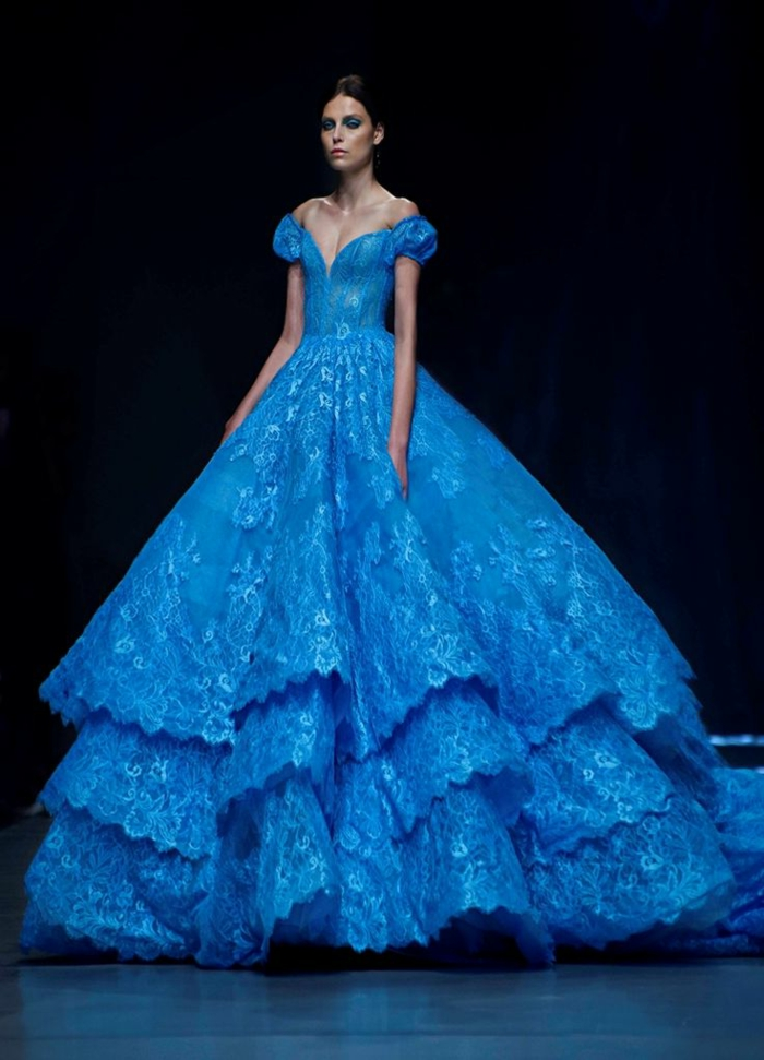 1-élégante-robe-bleue-marine-femme-brunette-robe-longue-de-soirée-mode