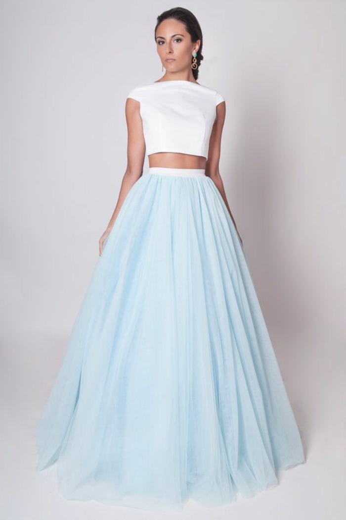1-élégante-robe-bleue-marine-femme-brunette-robe-longue-de-soirée