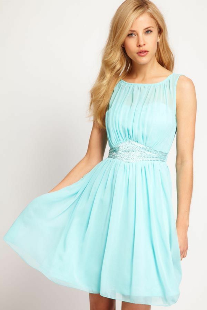 1-élégante-robe-bleue-marine-fille-blonde-cheveux-mi-longs-tendance-mode