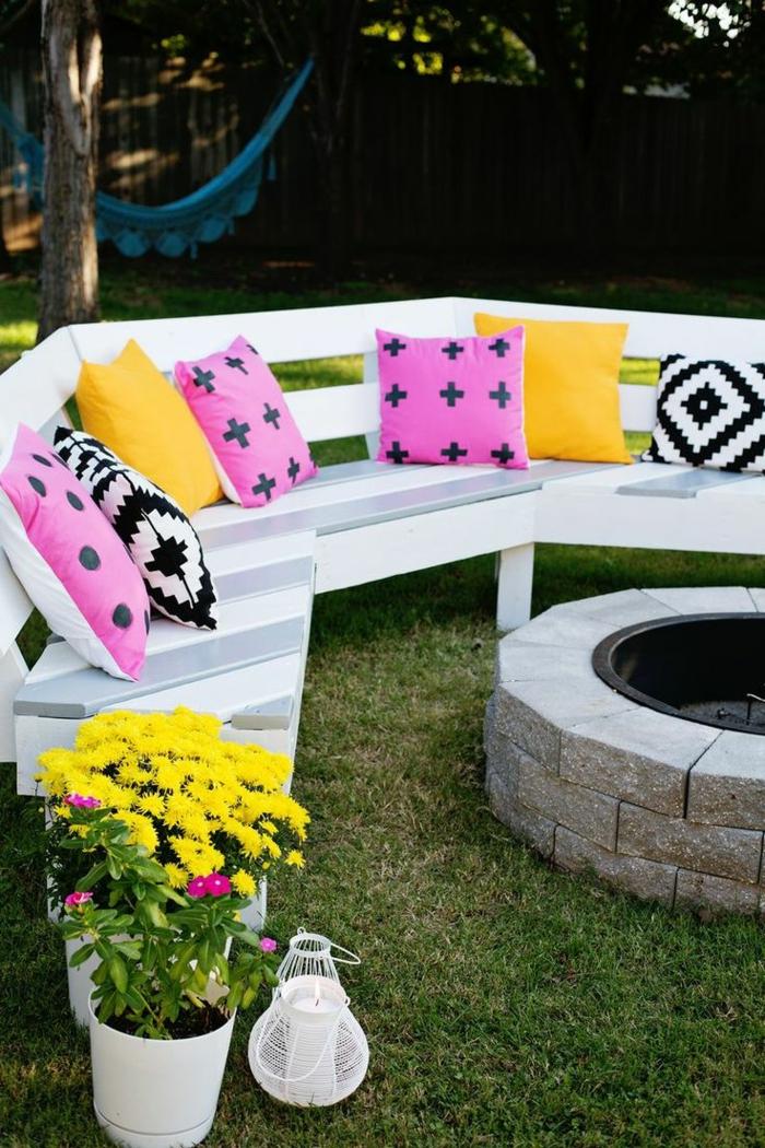 1-banc-d-extérieur-en-bois-banc-de-jardin-pas-cher-mobilier-de-jardin-idee-avec-pelouse-verte