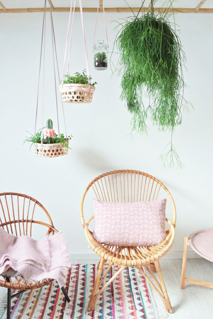 1-chaise-en-osier-chaise-bistrot-tapis-coloré-sol-parquet-beige-salon