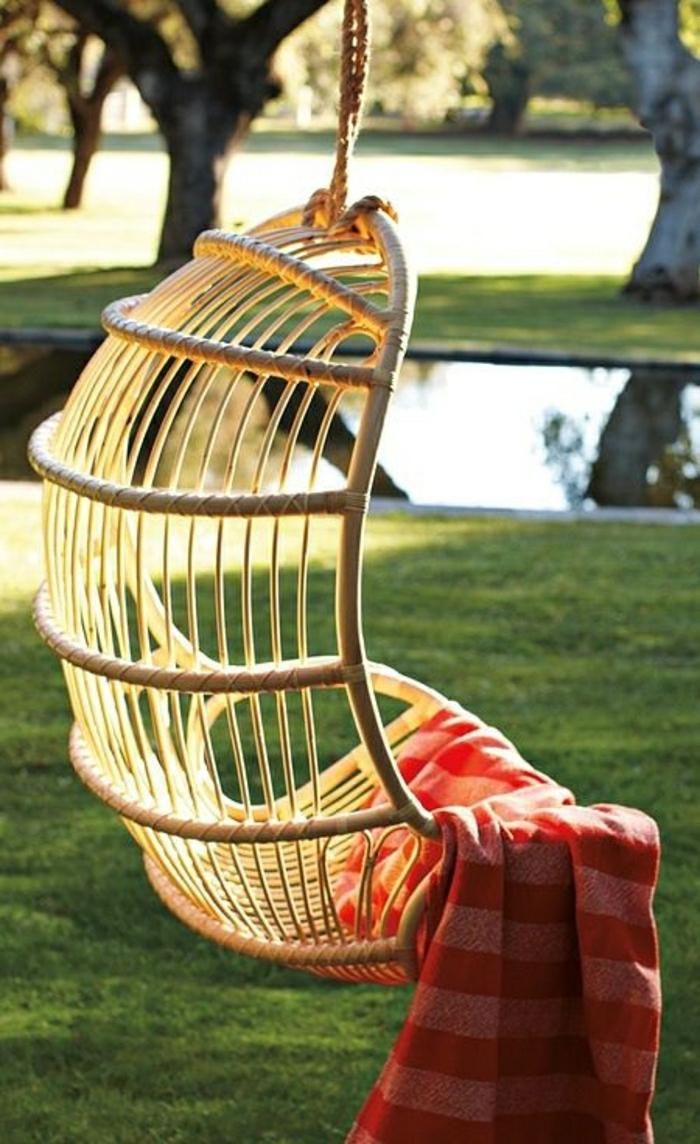 1-chaise-rotin-chaise-d-extérieur-pelouse-verte-chaise-en-bois-suspendue