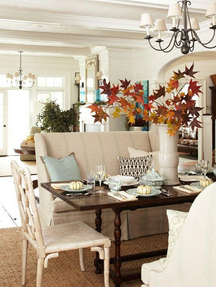 Table De Salon Industriel : chaise blanc en bois, salon avec lustre en fer, table de salon avec