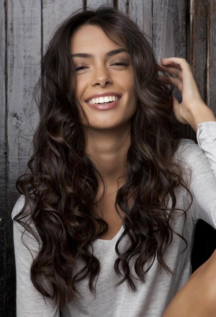 comment-avoir-les-cheveux-ondulés-coiffure-idées-belle-femme-souriant