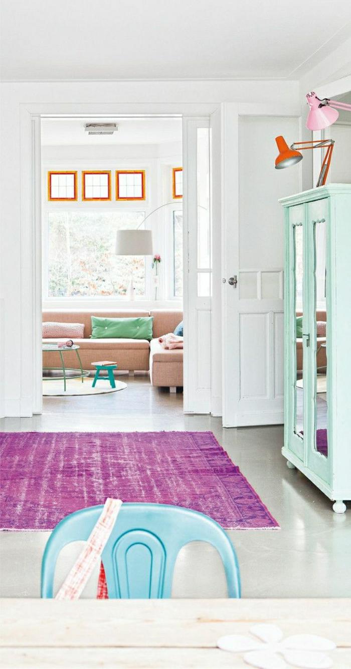 1-couleurs-pastels-tapis-violet-canapé-rose-pale-coussins-décoratifs-pour-le-salon