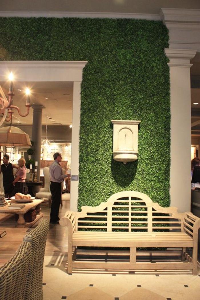 1-décoration-avec-gazon-synthétique-pour-le-mur-décoration-murale-carrelage-beige-canapé-en-bois