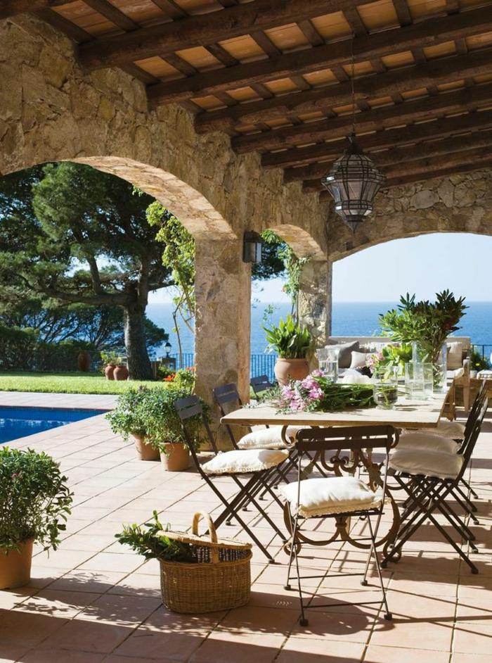 1-ensemble-table-et-chaises-de-jardin-en-fer-forgé-piscine-dans-le-cour-belle-vue