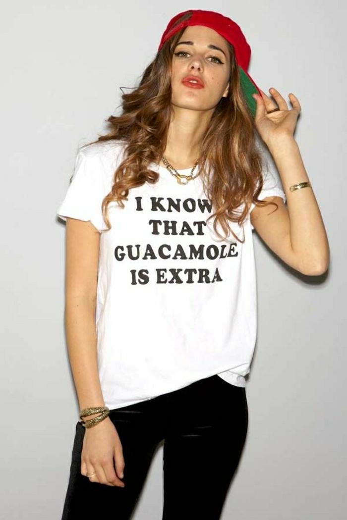 1-femme-moderne-avec-un-joli-t-shirt-personnalisé-de-couleur-blanc