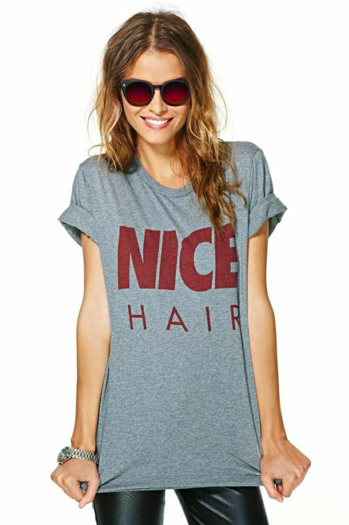 1-femme-moderne-avec-un-joli-t-shirt-personnalisé-de-couleur-gris-femme-blonde