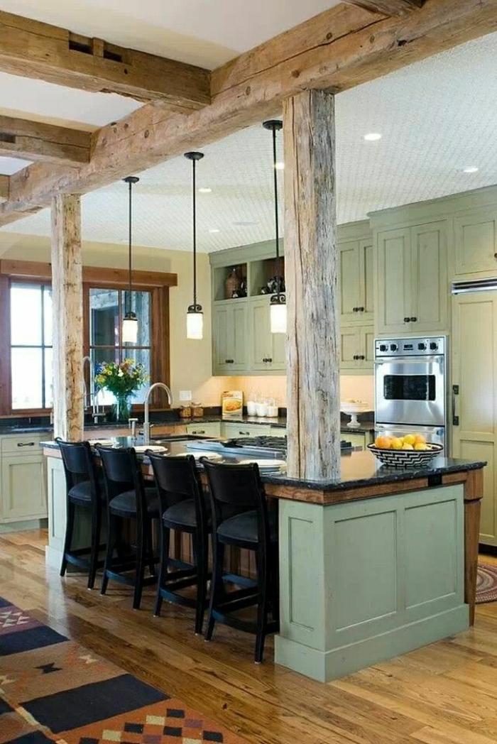 1-idée-couleur-cuisine-verte-gris-chaises-de-bar-noirs-parquet-en-bois-massif-tais-coloré