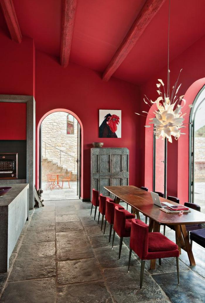 1-intérieur-rouge-pourpre-rouge-amarante-rouge-intérieur-moderne-sol-en-pierre-meubles-en-bois-massif