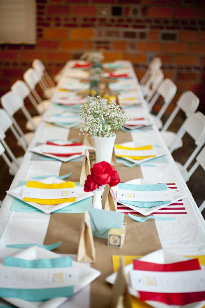 1-jetable-set-de-table-coloré-assiette-en-papier-plastique-coloré-fleurs-sur-la-table