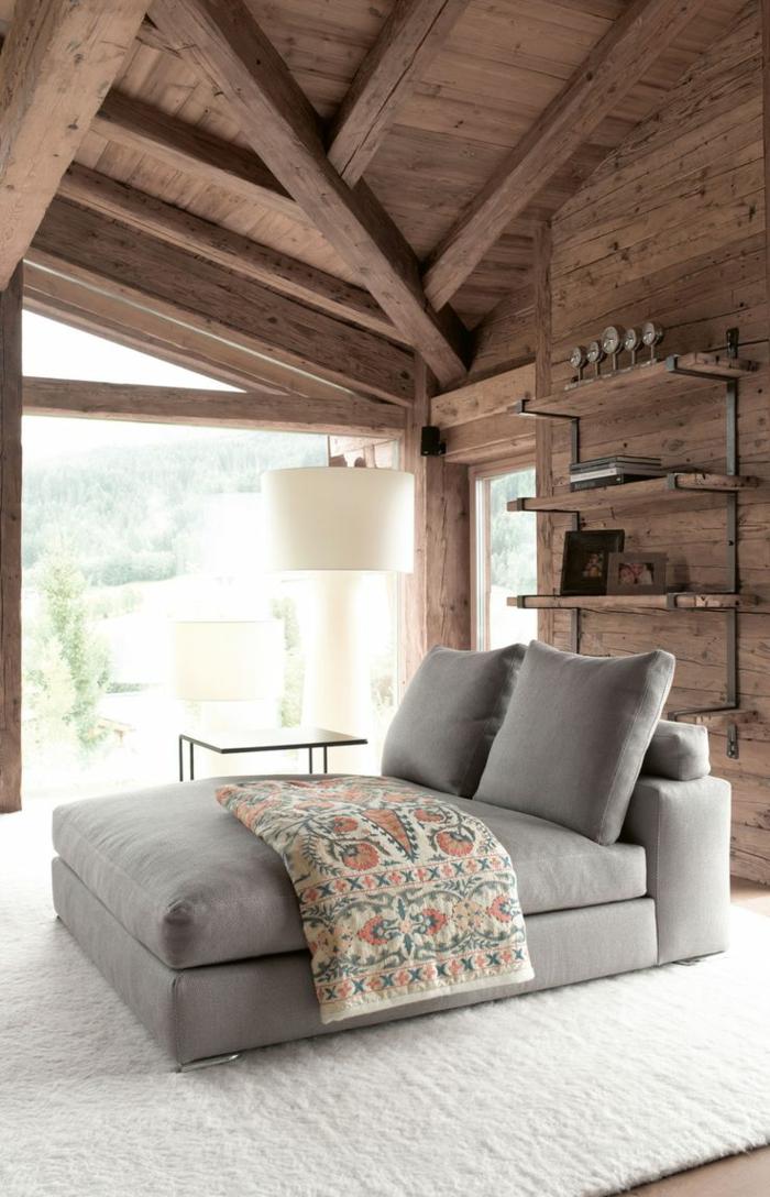 1-joli-canapé-gris-pour-votre-chalet-en-bois-habitable-dans-la-montagne