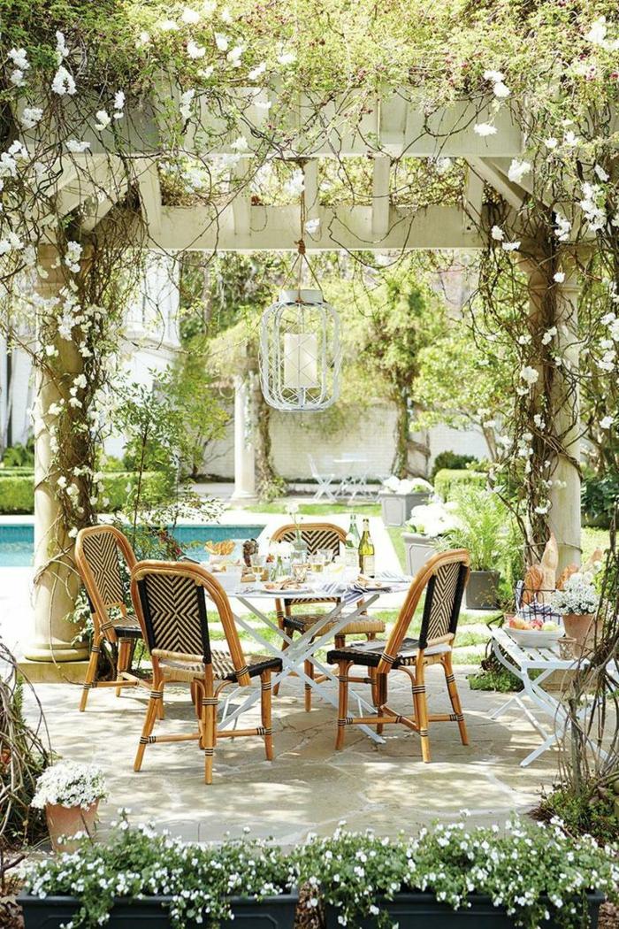 1-joli-jardin-ensemble-table-et-chaises-de-jardin-en-bois-fleurs-dans-le-jardin-meubles-piscine