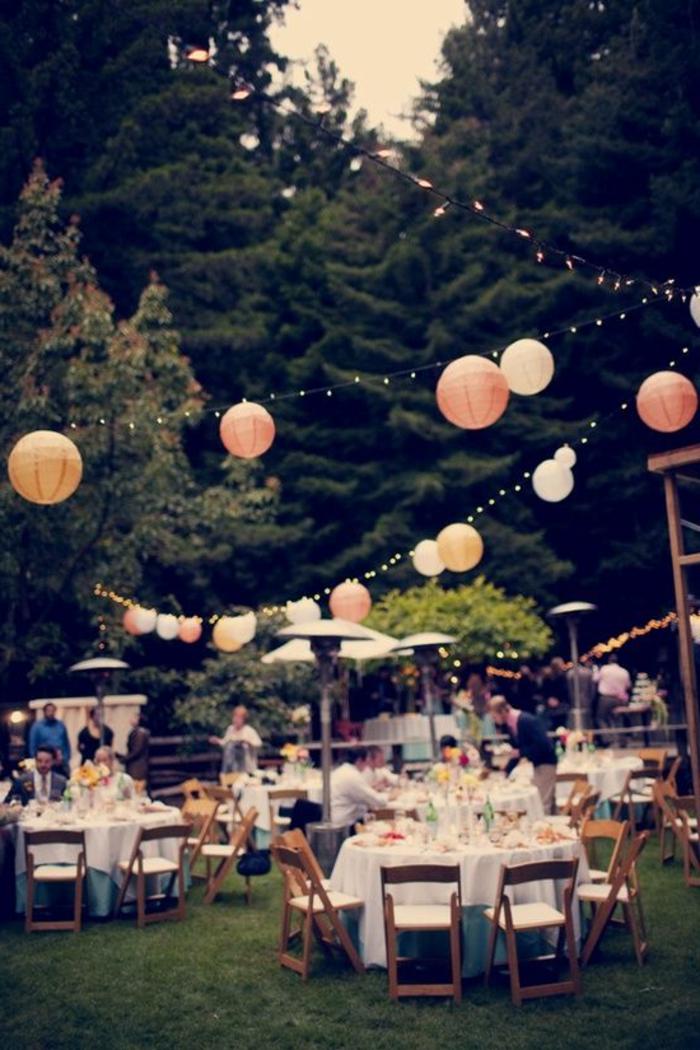 1-jolie-decoration-avec-lanterne-papier-pelouse-verte-mariage-tables-de-jardin
