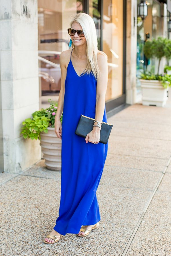 1-jolie-robe-bleue-marine-fille-blonde-marche-sur-la-rue-lunettes-de-soleil