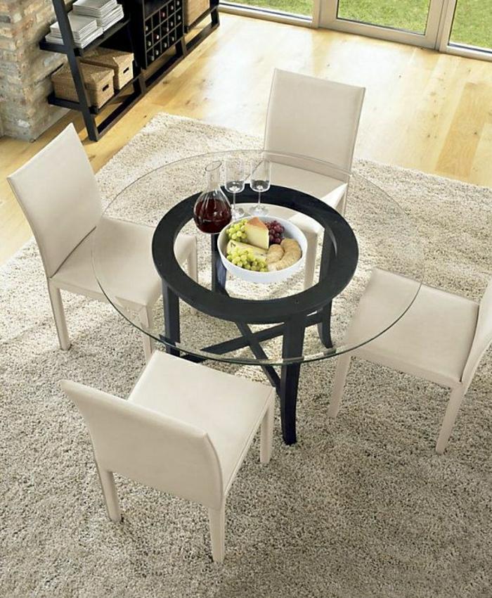 1-jolie-table-de-cuisine-avec-un-plateau-de-table-en-verre-chaises-blanches