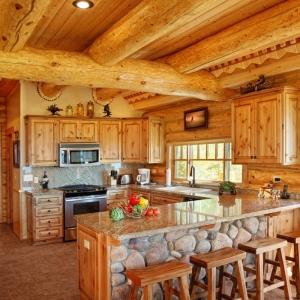 La cuisine en bois massif peut être une belle décision pour l'intérieur classique!