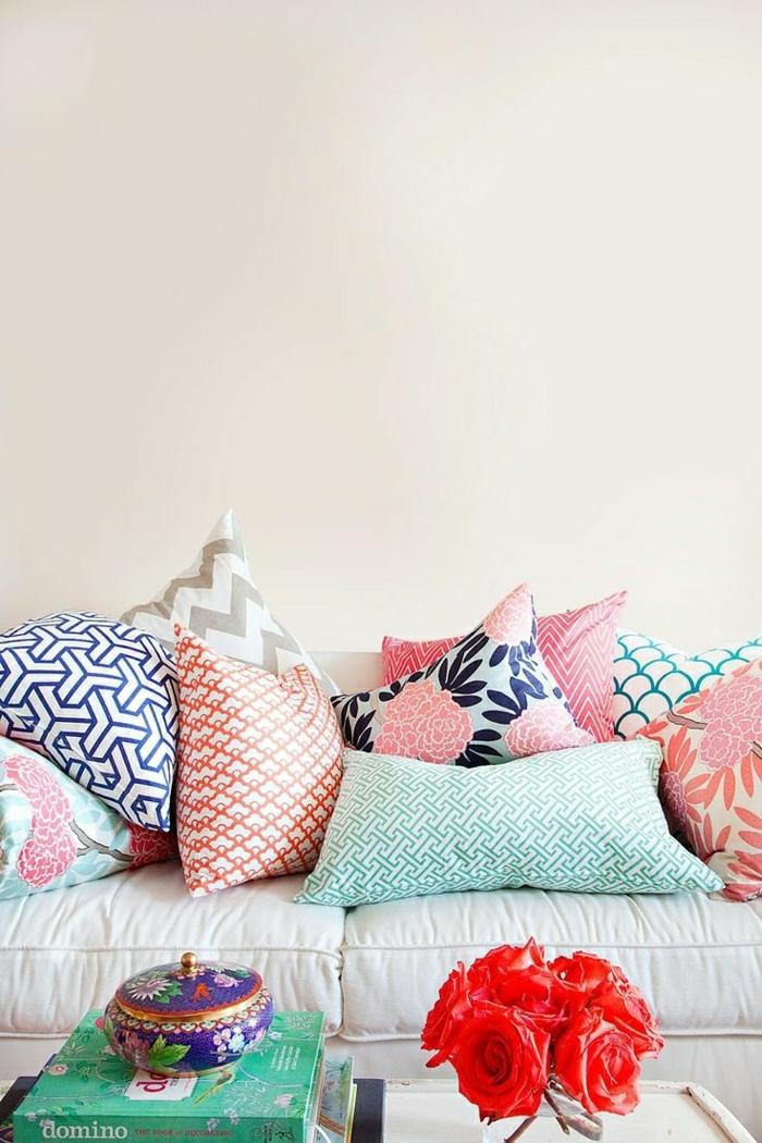 1-mur-de-couleur-pastel-beige-decoration-table-de-salon-couleur-pastel-coussins