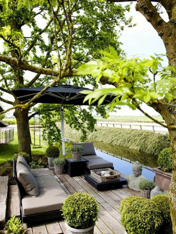 1-parasol-déporté-pergola-noir-joli-jardin-sol-en-plancher-haie-vive-de-couleur-vert