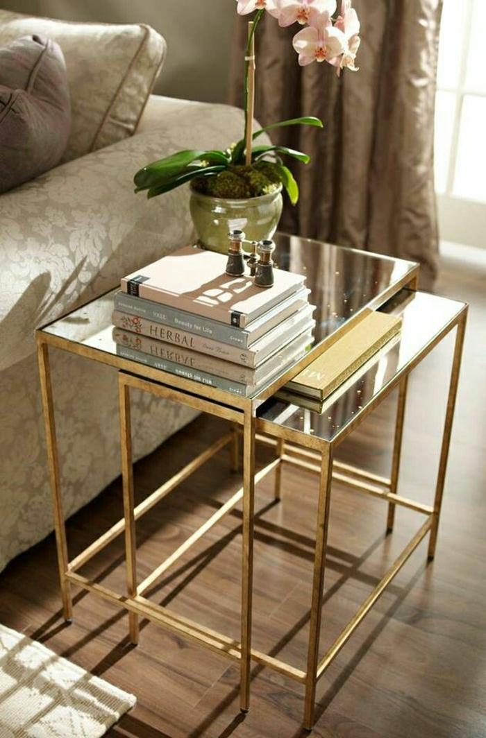 1-petit-table-de-chevet-avec-un-plateau-de-table-en-verre-et-fer-forgé