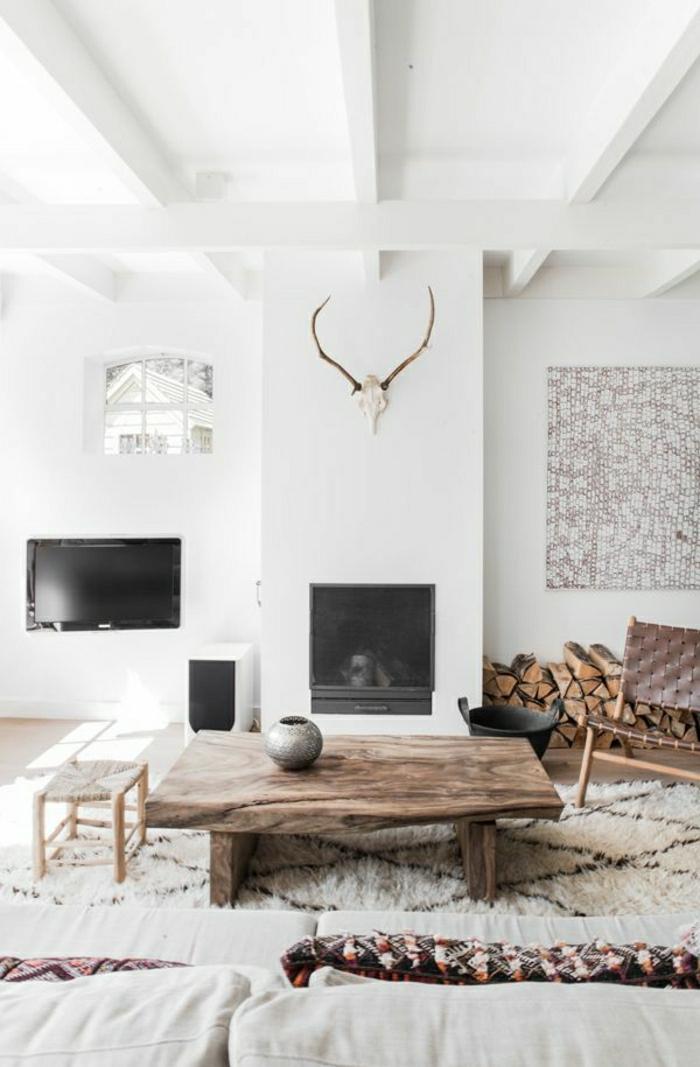 1-petite-table-basse-en-bois-salon-murs-blancs-tapis-beige-canapé-beige