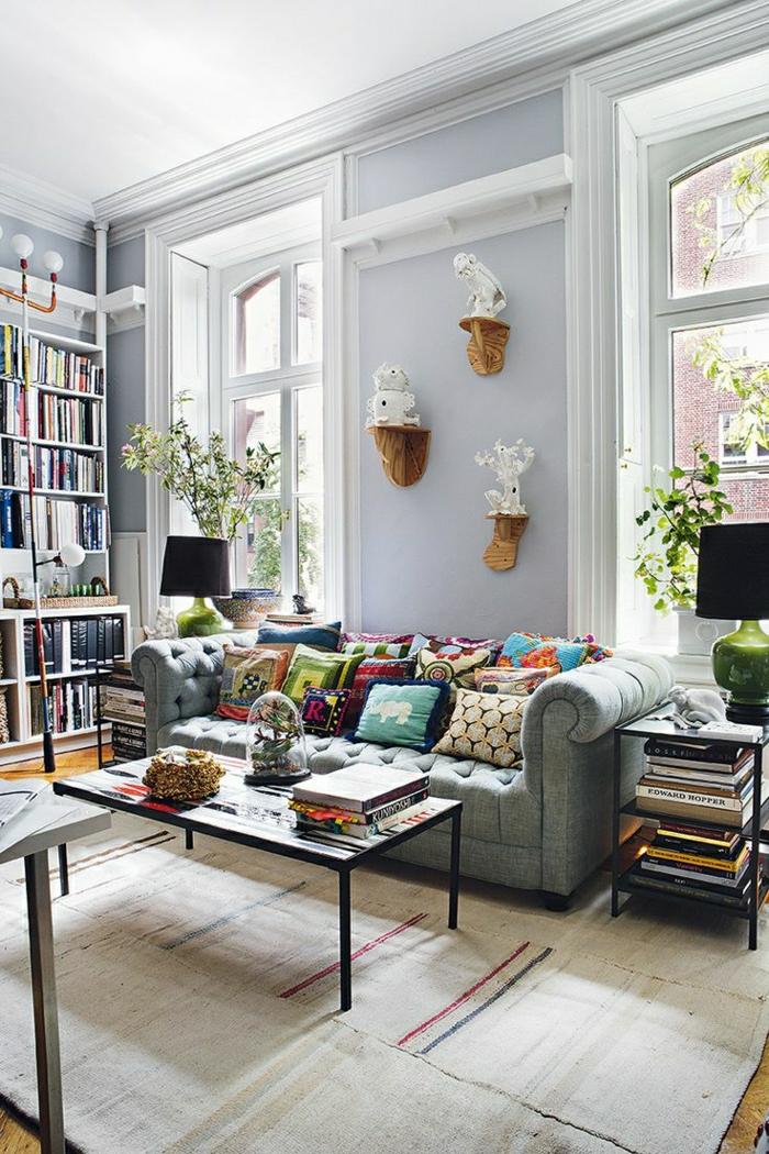 1-petite-table-basse-en-bois-salon-murs-gris-tapis-beige-canapé-gris-fleurs-dans-le-salon