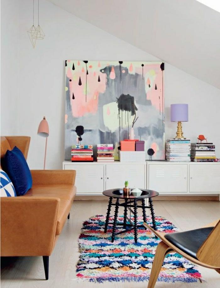 1-petite-table-basse-ronde-tapis-coloré-mur-blanc-plafond-sous-pente-canapé-en-cuir