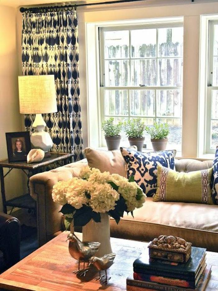 1-rideau-occultant-blanc-bleu-pour-le-salon-moderne-mur-beige-table-basse-en-bois
