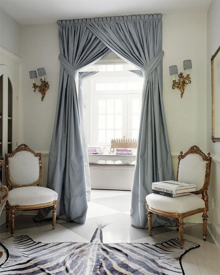 1-rideau-ocultant-gris-bleu-salon-moderne-de-style-baroque-tapis-peau-de-zebre-chaises-baroques
