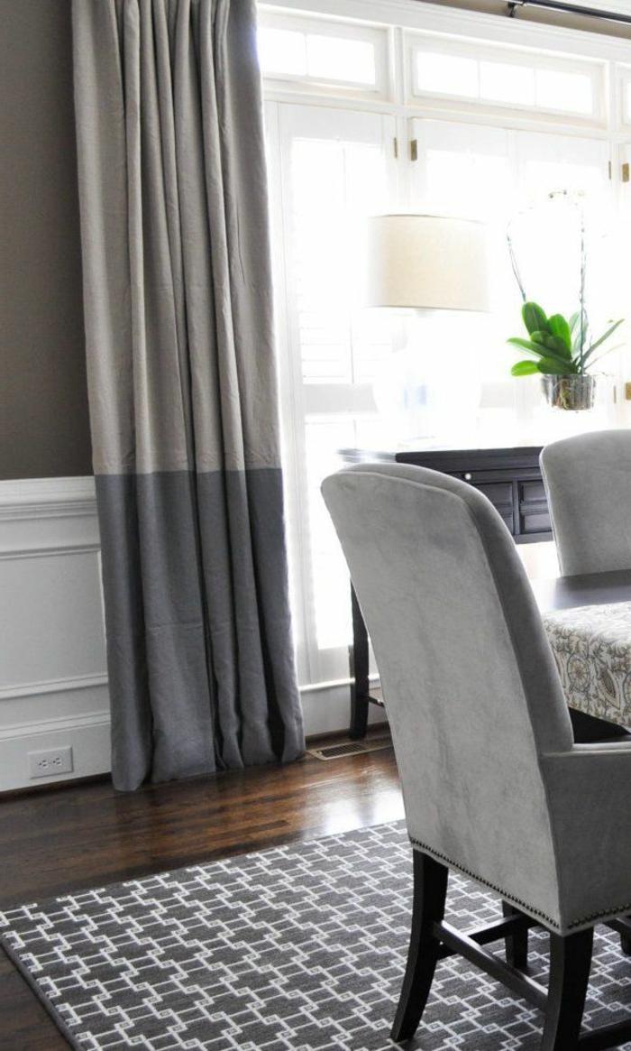 1-rideau-ocultant-gris-salon-moderne-parquet-chaises-gris-rideuax-longs-noirs-gris