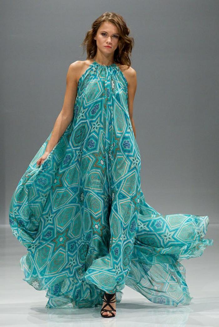 1-robe-bleue-marine-femme-brunette-modele-robe-de-soirée-longue-de-couleur-bleu