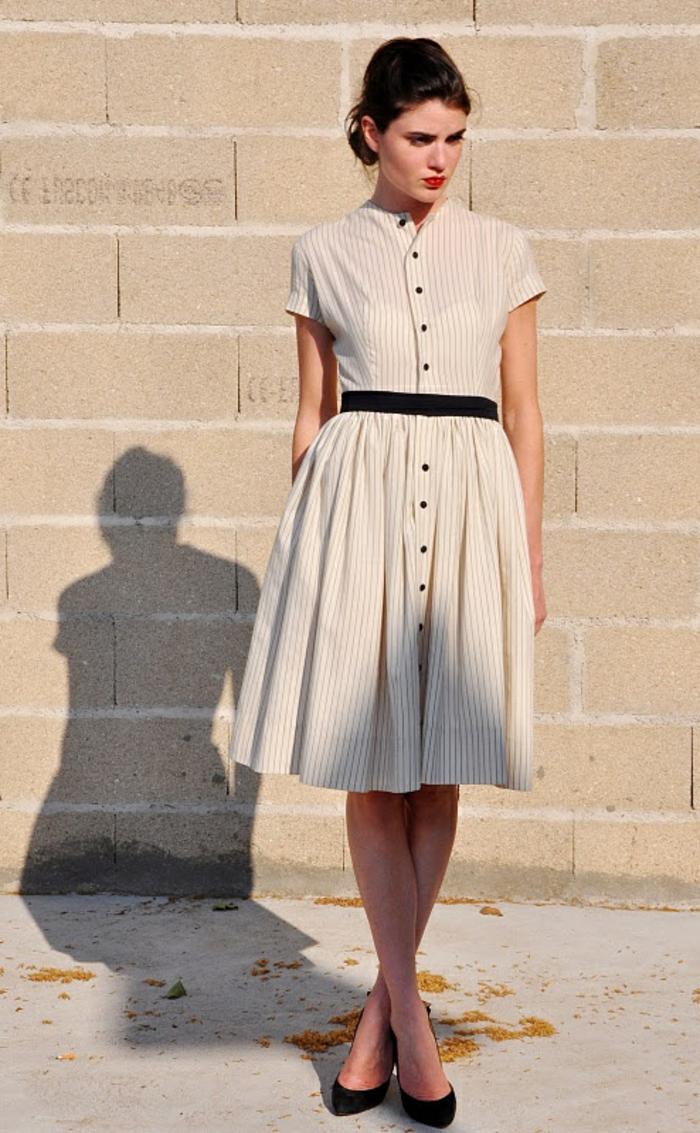 1-robe-chemise-elegante-robe-beige-mi-longue-cheveux-brunettes-femme-moderne