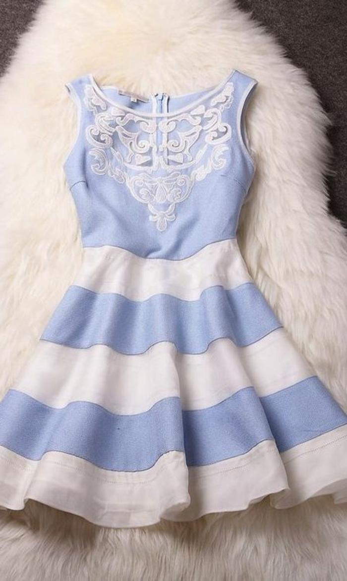 1-robe-courte-tenue-courte-robe-bleue-marine-jolie-fille-marche-sur-la-rue-brunette