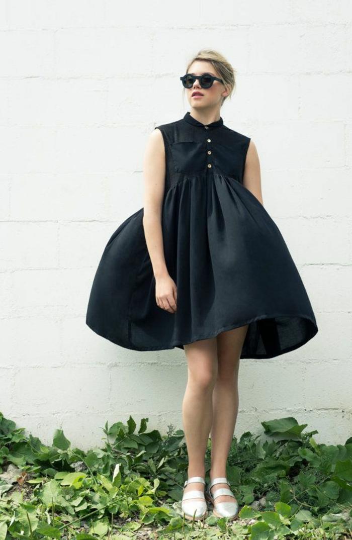 1-robe-d-ete-robe-chemise-noire-lunettes-de-soleil-noir-femme-blonde