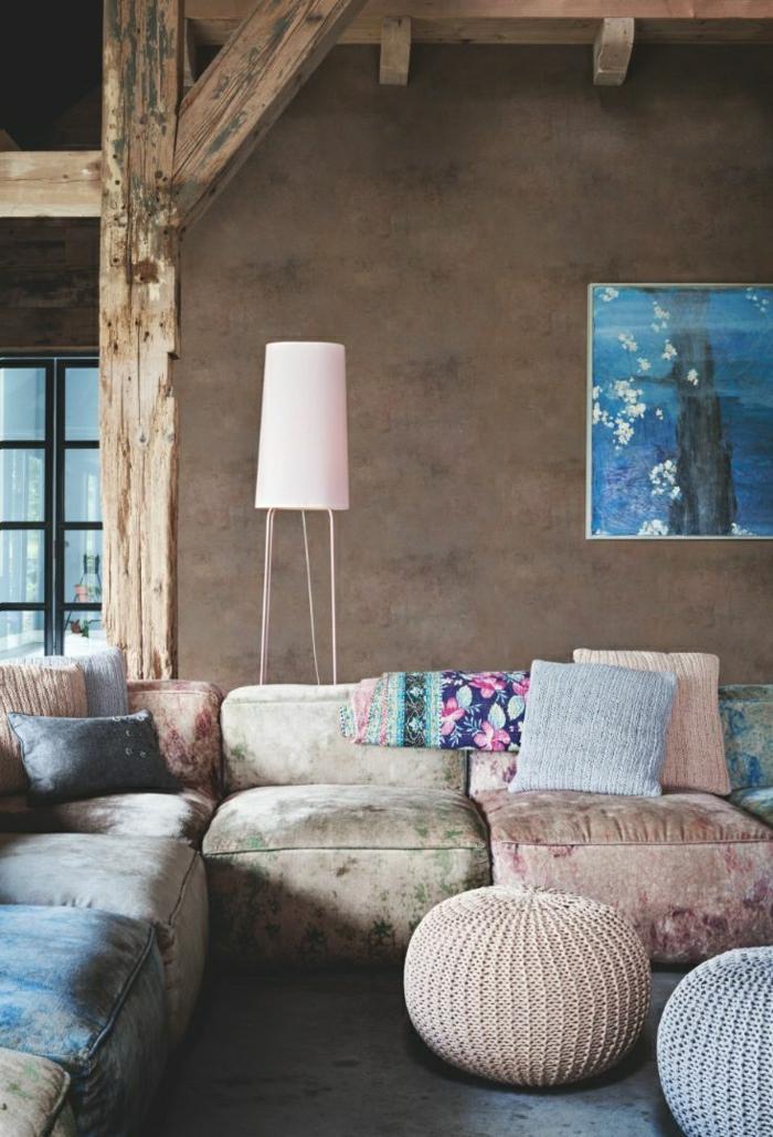 1-salon-avec-meubles-de-couleur-pastel-coussins-pastel-mur-beige-lampe-de-salon
