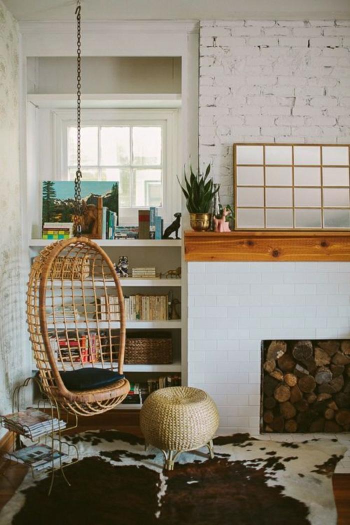 chaise suspendue en bois, chaise en rotin, mur de briques blancs ...