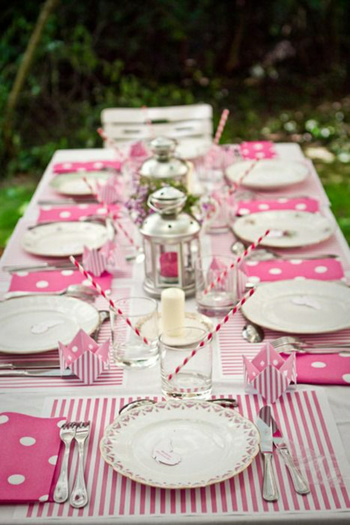 D corer la table avec un set de table jetable - Table jardin rose ...