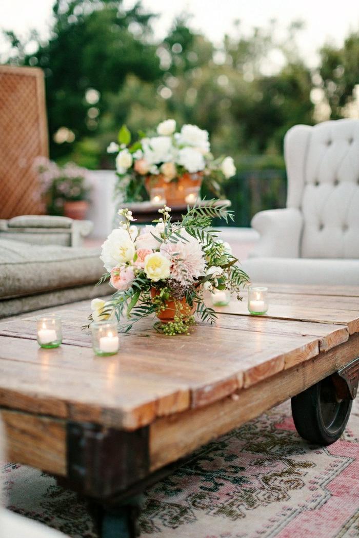 1-table-basse-en-bois-table-basse-industriel-en-bois-fleurs-sur-la-table-tapis-coloré