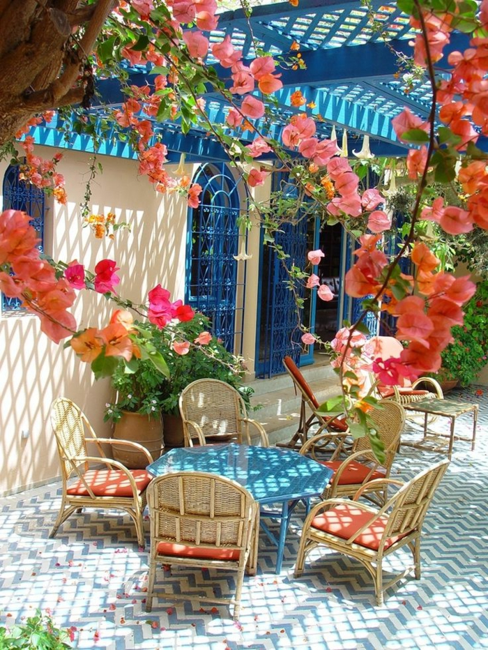 1-tables-et-chaises-de-jardin-ensemble-table-et-chaise-pour-le-jardin-cour-avec-fleurs