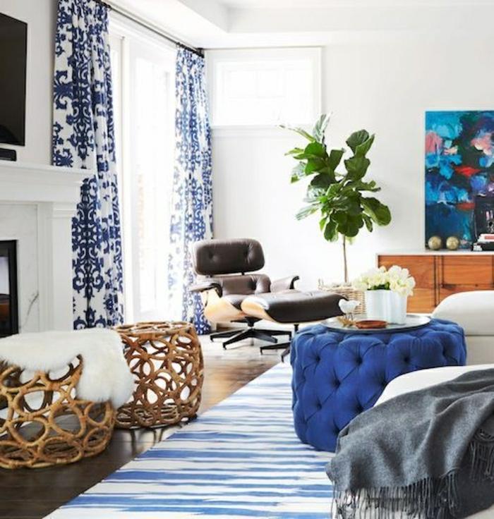 1-tabouret-en-rotin-meubles-de-salon-tapis-blanc-bleu-rideaux-blanc-bleu-fenetre