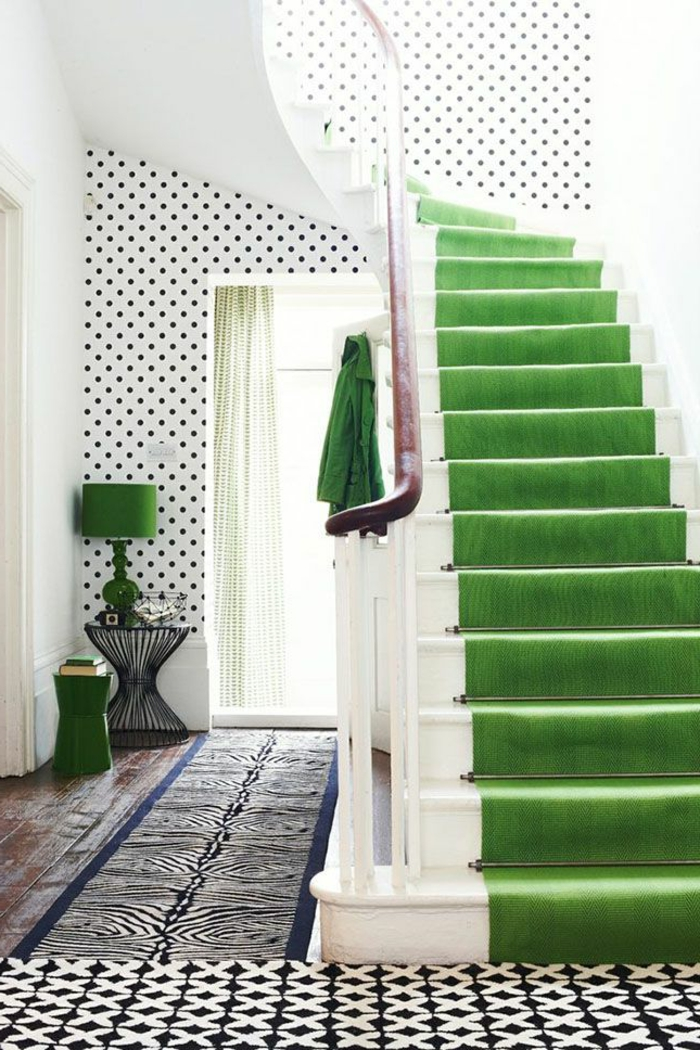 1-tapis-coloré-tapis-d-escalier-pas-cher-escalier-en-bois-dans-la-maison-tapis-pour-escalier-vert