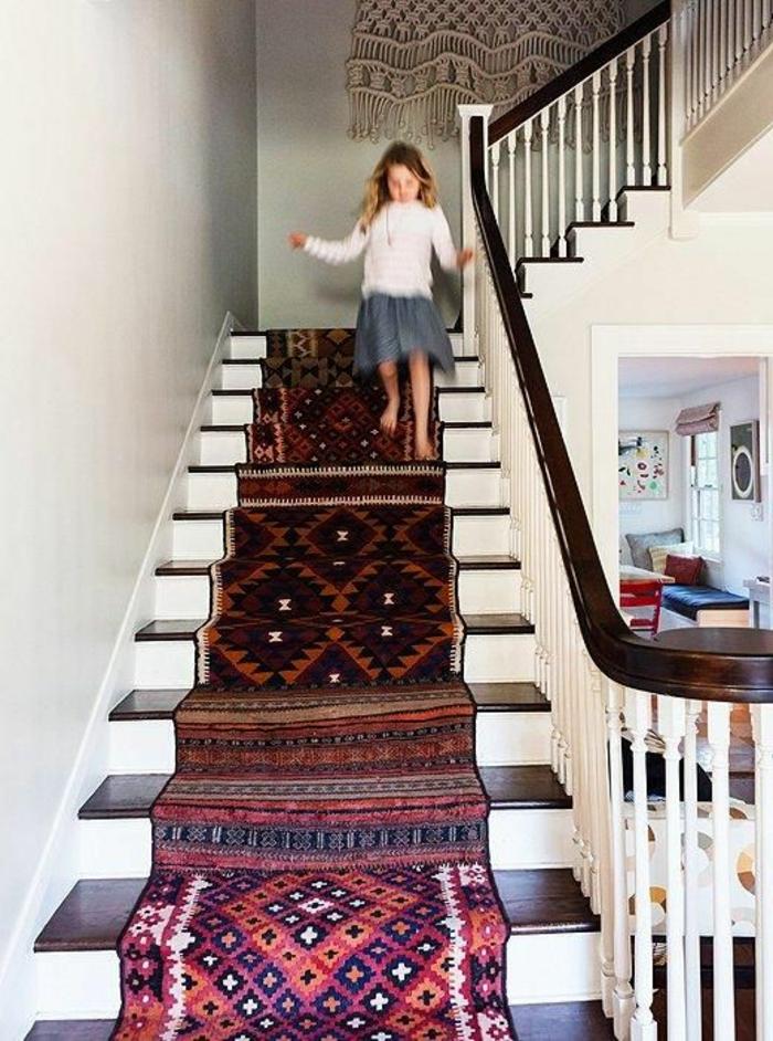 1-tapis-coloré-tapis-d-escalier-pas-cher-escalier-en-bois-dans-la-maison