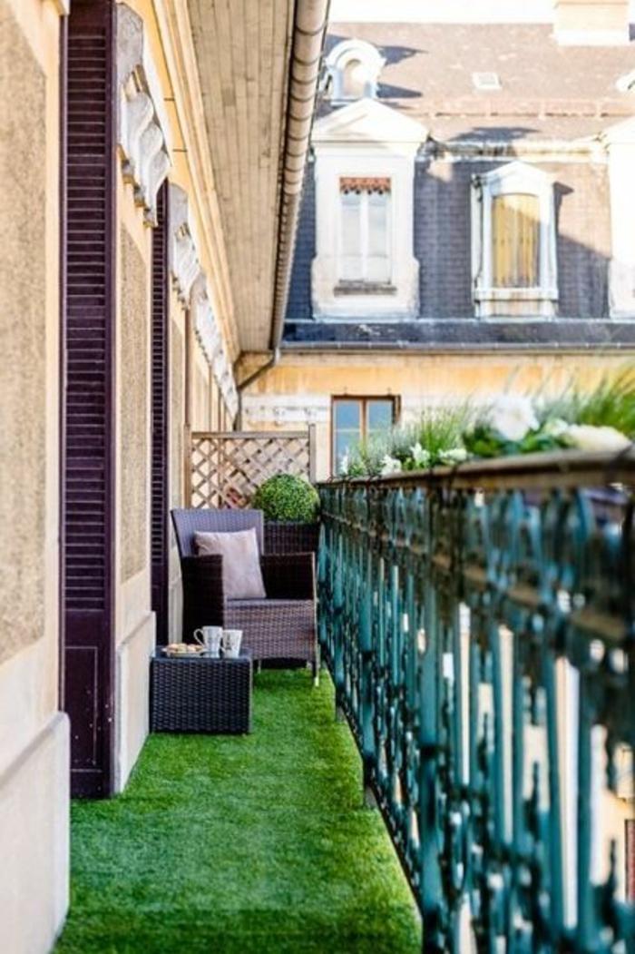 1-un-joli-balcon-avec-gazon-synthétique-pelouse-verte-terrasse-avec-faux-gazon-vert