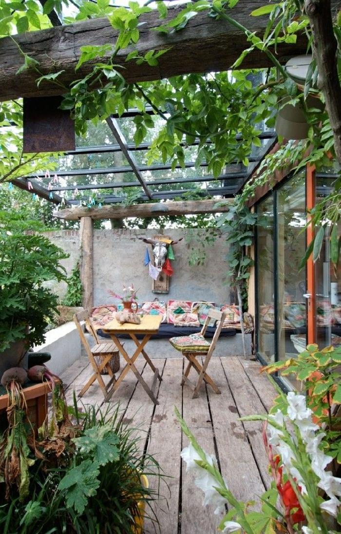 1-un-joli-cour-avec-meubles-de-jardin-pliantes-en-bois-plantes-vertes-de-jardin-sol-en-plancher