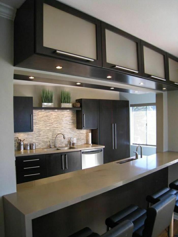 1-une-belle-cuisine-couleur-taupe-meubles-noirs-beiges-chaises-noirs